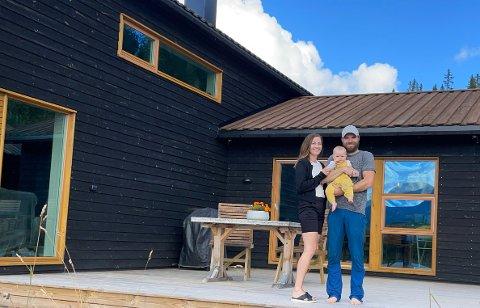 HYTTEDRØMMEN: I januar i år solgte Therese og Fredrik leiligheten i byen og flyttet permanent på den nybygde hytta i Trysil.  Det har vært helt perfekt å bo her med små barn, sier Therese. Foto: Privat