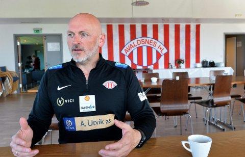FORLENGER: Thomas Sandø Dahle har hatt suksess som trener i toppserieklubben Avaldsnes, og har nå skrevet kontrakt for minst to år til. Lørdag slo laget Klepp 3-0 på hjemmebane .