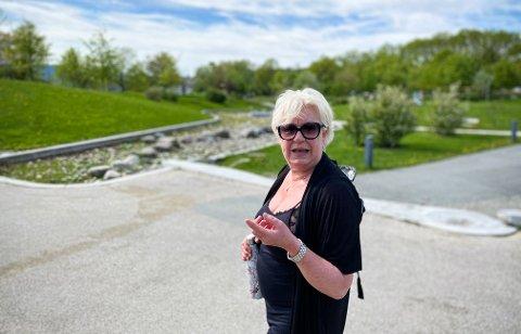 Kate Hjelmeland Johnson har irritert seg over forfallet i Ladeparken over mange år. Nå gir hun et klapp på skuldra til i kommunen. Her fra hun viste Nidaros rundt i parken i sommer.