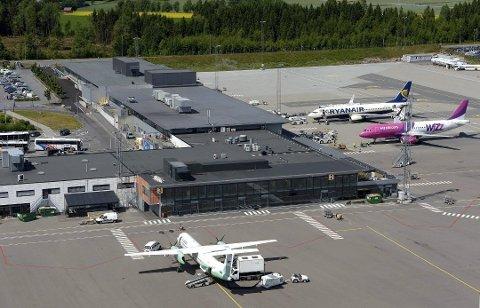 TORP: Den mannlige flypassasjeren ble tatt hånd om av politiet etter at flyet landet på Torp.