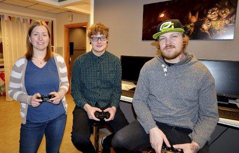 Klare: For spillkveld. Fra venstre er bibliotekar May Britt Josten, Johannes Bakken og Harald Ødegaard (begge Blue Elite E-Sports).