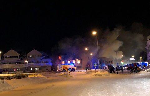 OVERTENT: Bygget er overtent. Beboerer i tilknyttet leilighetsbygg er evakuerete etter brann søndag morgen.