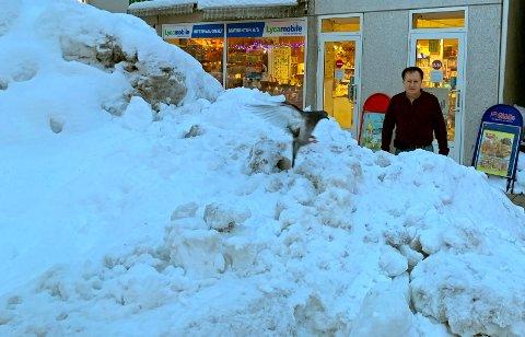 SNØR INNE: Julio Albertsen har sett snøhaugen utenfor butikkvinduet bli til et snøberg. Nå ser han knapt gata utenfor.
