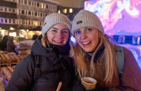ROGALENDIGER: Oline Eikeland (27) fra Sandnes og venninna Ingvild Taksdal (27) fra Nærbø trosset været og dro på TIFFs åpningsfilm.