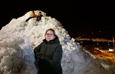 Heidi Iene Øines ønsker at kommunen skal fjerne snøhaugen som blokkerer siktet for bilister.