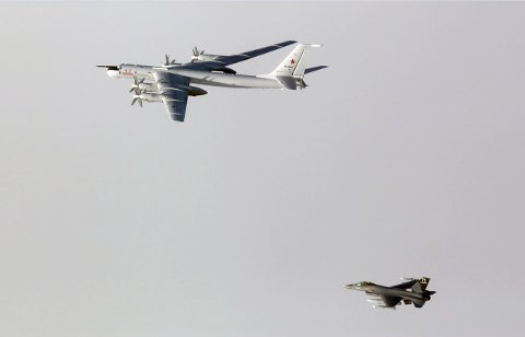 TU-95: Det strategiske bombeflyet 95 og en norsk F-16. Foto: Forsvaret