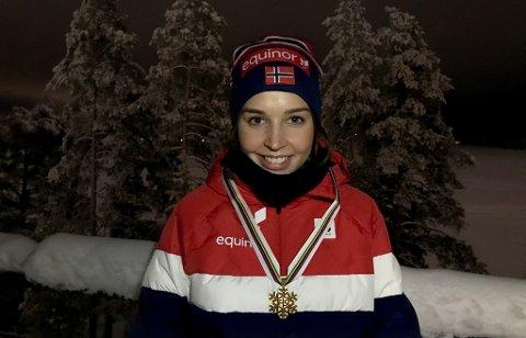 GULLJENTE: Synne Arnesen med beviset hengende rundt halsen: Hun kan kalle seg verdensmester på ski.