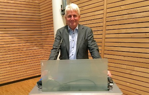 Dualog-sjef Morten Lind-Olsen for første gang på talerstolen i en kommunestyresal