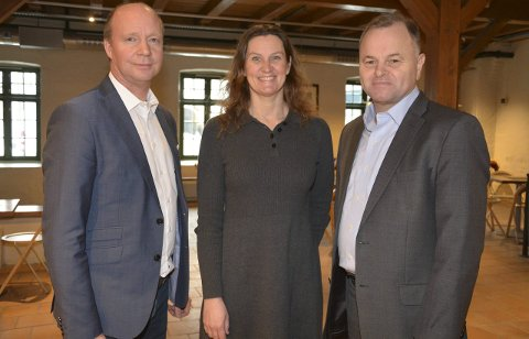 TOPPER PRIVATE GAVER: Stortingsrepresentantene Ketil Kjenseth (V) og Olemic Thommessen (H) hadde gleden av å servere de gode nyhetene til direktør Petra Skoglund ved Vitensenteret Innlandet fredag. Foto: Kjetil Lysengen