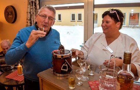 KOLEKVINTER:  - En fantastisk gave, synes beboer Einar Hovdelien og hjelpepleier Solveig Evenstuen om milliongaven som skal drikkes opp ved Landmo omsorgs- og rehabiliteringssenter på Dokka.