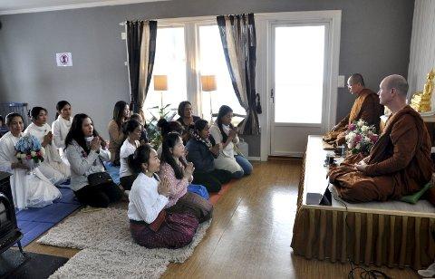 KLARE FOR INNVIELSE: Thailendere, flere i nasjonaldrakter, klare til å delta i innvielsen av Kolbus første buddhisttempel sammen med de to munkene.FOTO: Hans Olav Granheim