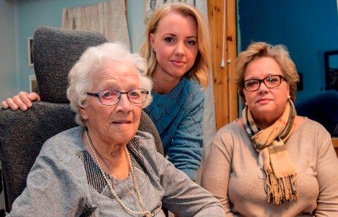 TRE GENERASJONER: Astrid Johansen (92) ønsker å bo på Kapp bo- og servicesenter livet ut. Barnebarnet Hilde Kristoffersen (36) og datteren Anne Karin Kristoffersen (61) mener kommunen bør innfri ønsket.