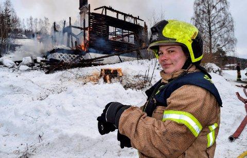 VARM ØVELSE: Kristina Westrum Johansen er Søndre Lands første kvinnelige brannkonstabel. Lørdag 16. mars var hun med på sin første varme øvelse da et eldre hus i Fall ble brent ned som trening for brannvesenets mannskaper.