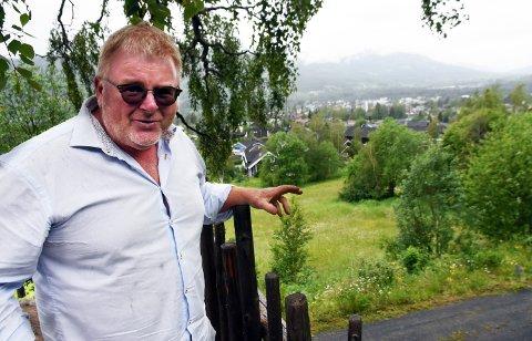 UTVIDER DOKKA: Knut Ola Bjørklund og partnere vil bygge inntil 60 leilighet i tre etasjer på jordlappen nedenfor Braskerud på Dokka.