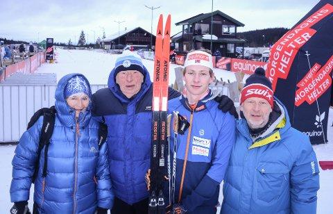 Ansgar Evensen sammen med pappa Ole Henrik og besteforeldrene Sverre og Brit Torunn etter sprintseieren på Lygna.