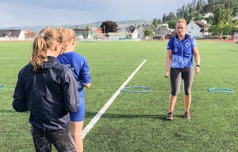 PRAKSIS: Torun Skar instruerer friidrettsungdom på Gjøvik stadion.