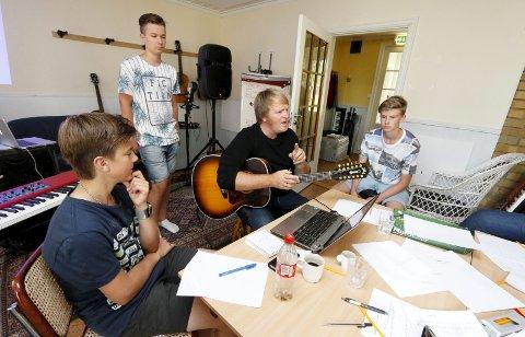 SNEKRET I FJOR: Askil Holm ga mange gode tips om låtskriving til Erik Oskar Berg (15) fra Tårnåsen (til venstre), Vetle Sjøvold (15) fra Skotbu og Audun Roseth (16) fra Skotbu under fjorårets kulturleir.