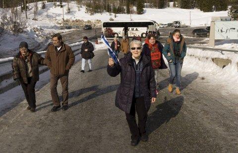 I FRONT: Oslo-guiden Margareth Sveen i front med de tyske turister som en hale etter på vei til Holmenkollbakken.