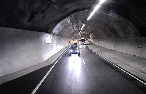KJØRTE FORBI POLITI: En sivil politibil som ble forbikjørt av Fredrikstad-mannen i Nøstvettunnelen, la seg på hjul og målte gjennomsnittsfarten til 138 kilometer i timen over en strekning på 4,3 kilometer.