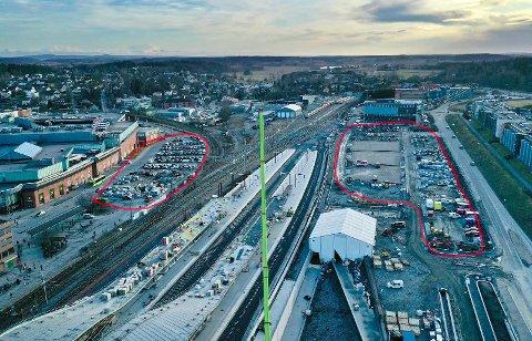 Bane NOR jobber med å opparbeide nye pendlerparkeringsplasser på vestsiden av Ski stasjon.  På østsiden er det cirka 150 plasser mellom Ski storsenter og jernbanesporene.