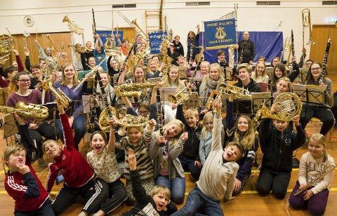 GLADE MUSIKANTER: Musikkglede preger alltid korpsmusikantene. Her er det Østre Halsen Skolekorps som gleder seg.