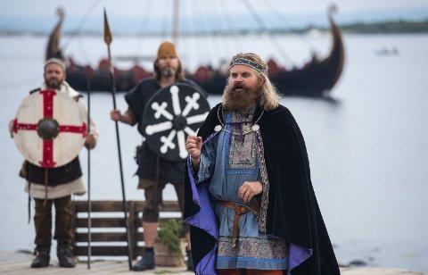KAMP: Olav den hellige, her i Bjarne Waalgaards skikkelse i Nesjarspelet, er knyttet til en pilegrimsled som planlegges. Nå krever ordførere Rune Høiseth at Nesjar blir med i leden.