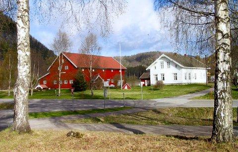 Samlingssted: Det er i låven til venstre på bildet og ned mot Holfossveien det er tenkt å bygge ut.