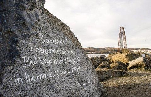 Grenseløst: Thor Heyerdahls «Borders» står ytterst på Revstien og viser vei når ideen om Poesiparken sprer seg fra Larvik til Frederikshavn.arkivfoto