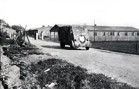 HOFFS GATE. Under krigen ble Hoffs gate forlenget av tyskerne som atkomst til forlegningen utenfor Fram Stadion. Etter krigen ble et par av brakkene her de første lokalene for Larvik Yrkesskole, og senere Kilden Videregående skole.