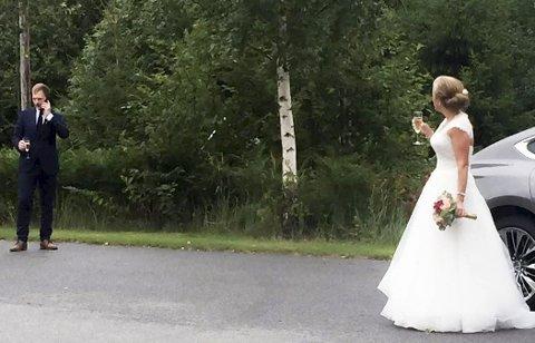 RING EN VENN: Det hjelper ikke å ringe en venn når du først har sagt ja til en brud som har hammergrep på brudebuketten.Foto: Christian Gjærum