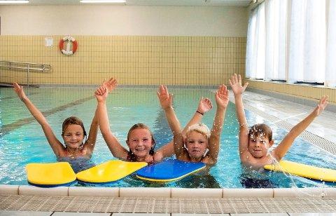 SVØMMERE: F.v. Celine Hegna, Mina Rabbevåg, Casper Hovland Jacobsen og Eskil Reinemo er elever i 3.-klasse ved Jordet skole. De ser ut til å være trygge i bassenget de benytter ved Brunla ungdomsskole.