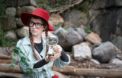 SMARTINE er Larviks egen miljødetektiv. I syv år har hun løst mysterier rundt omkring på ulike scener. Martine Wachelin Ugland spiller rollen som Smartine, og førstkommende søndag kan du se henne på Sanden scene i anledning årets TV-aksjon.