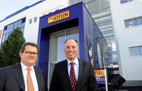 FORNØYD: Odd Gleditsch (t.h.) er fornøyd med utviklingen Jotun har hatt. Her er han sammen med administrerende direktør, Morten Fon.