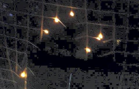 Fyrverkeri: Det så nesten ut som et slags fyrverkeri da nettet brant på flere steder.