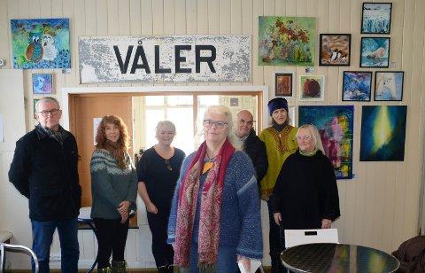 STILLER UT: Klare for utstillingen på jernbanestasjonen er fra venstre Bjørn Nordby, Marit Sigfridstad, Marit Ekeberg, Hege Edin, Knut Kjeldsen, Linda May Mellingen og Turid Evang.