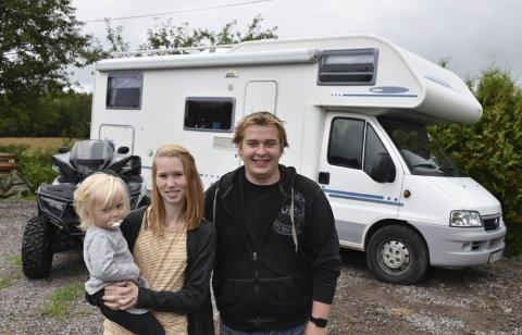 BOBIL OG ATV: Bobil og ATV er blant det som kan leies hos Rebecca og Thomas Enger Sømarken. Her med datteren Aurora.
