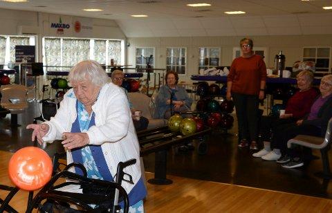 KONSENTRERT: 101 år gamle Solveig Syversen i full konsentrasjon når kula skal slippes perfekt avgårde.