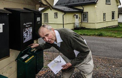 BLIR MYE: û Det hadde vært tryggere med fortsatt postboks, men den muligheten har vi ikke lenger i Våler sentrum, sier Svein Olsen. Nå får han all post i kassa.