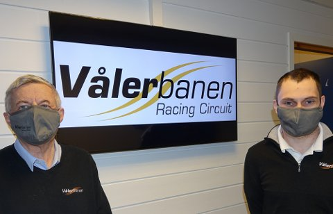 ER OPTMISTER: – Vi er optimistiske og tror på framtida, sier Trygve og Aleksander Schjerpen ved NAF Trafikksenter og Vålerbanen.