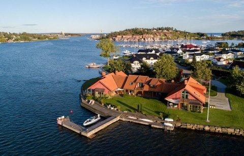 Dette er et av de mest kostbare stedene som er solgt på øyene i år. 45 millioner måtte familien Zeiner ut med for Ola H. Rasmussens gedigne eiendom på Kalvetangen.