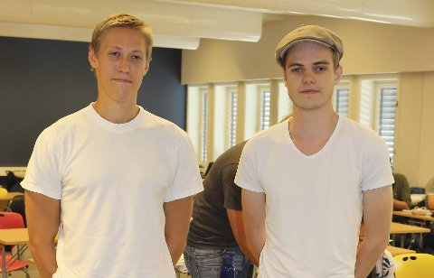 Hjelpelærerne Martin Holm (23) og Anders Berget (23) forteller at det er nok å gjøre for studentene som skal ta fordypning i matte og fysikk i sommer.