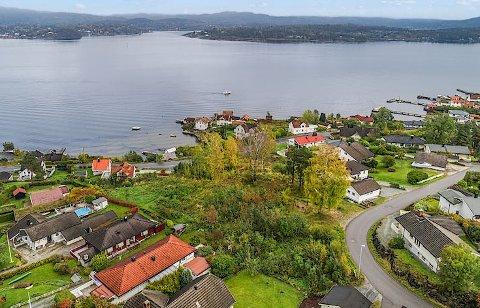 Bamble kommune har solgt dette arealet på nær 7 mål beliggende i Eik- Asvallområdet på Ekstrand. Det er eiendomsutviklere som har kjøpt arealet som må omreguleres dersom det planlegges boliger på tomta.