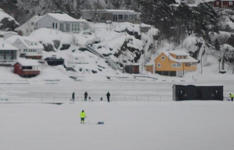 En isfisker gikk gjenom isen ved Nystrand båthavn søndag. Disse isfiskerne fisket ved Olavsbeget da mannen gikk gjennom isen et stykke lenger ut mot åpent vann.