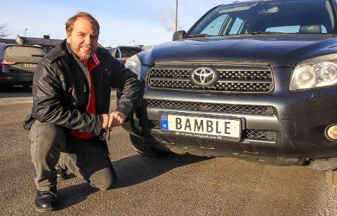 STORT GLIS:  – Ordføreren er stolt av at Bamble-skiltet er rundt om på veiene, smiler Ap-politiker Tom Rune Olsen.