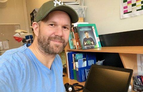 NY HVERDAG: Kontaktlærer på Vestsiden skole, Vetle Aaltvedt (43), er stort sett fornøyd med den nye, digitale skolehverdagen, men legger ikke skjul på at den også har negative sider ved seg.