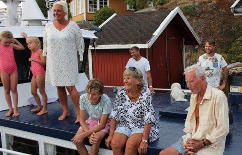 FARVEL MED ØYVIND: Dette bildet tok PD av Øyvind Johansen og kona Ragnhild med barn og barnebarn på Stokkøya i juli 2018. I vinter døde Øyvind i en alder av 83 år etter lengre tids sykdom.