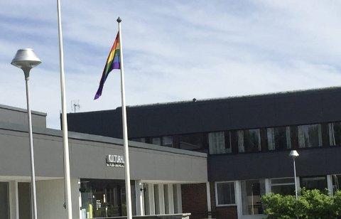 Heiste flagget: Regnbueflagget i flaggstanga til Rakkestad kommune.