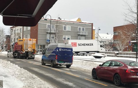 BRØYTER VEI: En bil fra RM Drift brøyter Storgaten (fylkesvei 124) gjennom Rakkestad sentrum, mandag formiddag.