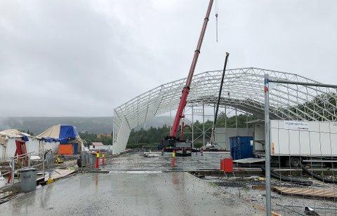 Det kan unektelig se ut som om tribunen bygges utenfor hallen, men den skal knyttes til.