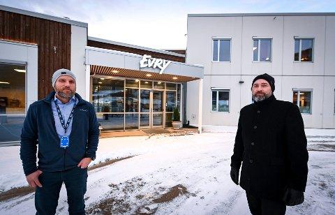 Jim Johansen (t.v) og Eigil Hagen ved EVRY Card Services, sier de må ha ekstra strenge smitteverntiltak på arbeidsplassen.